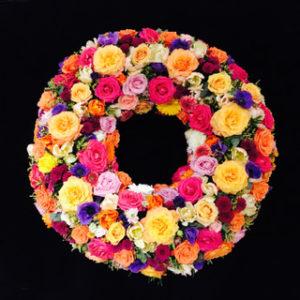Nordfriedhof Augsburg Trauerkranz von Blumen Flaschka